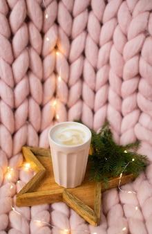 ピンクのパステルメリノウールの巨大な毛布、ジンジャーブレッド鹿、カプチーノカップ、クリスマスグッズ、新年、ライト