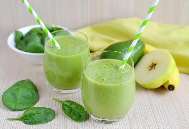 Зеленый шпинат смузи с фруктами