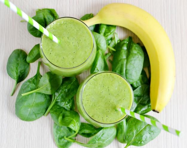 果物と緑のほうれん草のスムージー
