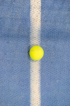 テニスコート、白い線、青い表面、コピースペースに屋内テニスボール