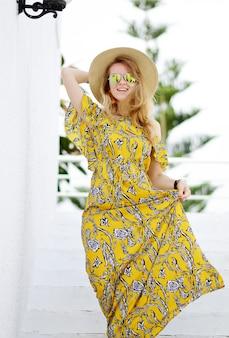 帽子と黄色のマキシドレス、晴れた日、自由の概念、休暇、熱帯の自然の若い美しい女性