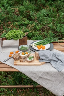 Тост со сливочным сыром и микро салатом, концепция здорового питания