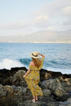 帽子とマキシドレス、晴れた日、休暇、熱帯の自然、ギリシャ、クレタ島の若い美しい女性