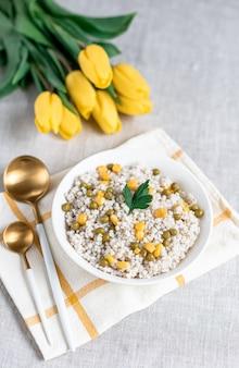 Перловая каша с овощами, концепция здорового питания, завтрак