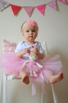 Милая маленькая принцесса на первом дне рождения