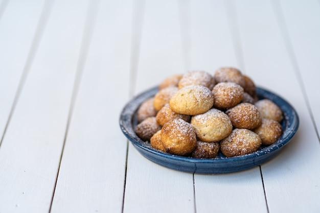 Плита печений кокоса на белом деревянном столе. малая глубина резкости.