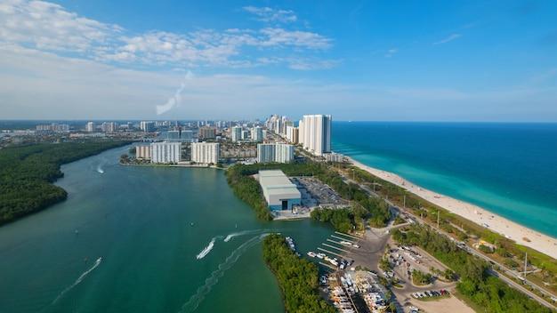 Панорамный вид с воздуха на южном пляже в майами, штат флорида, в солнечный день.