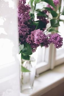 花瓶に紫のライラックの花束