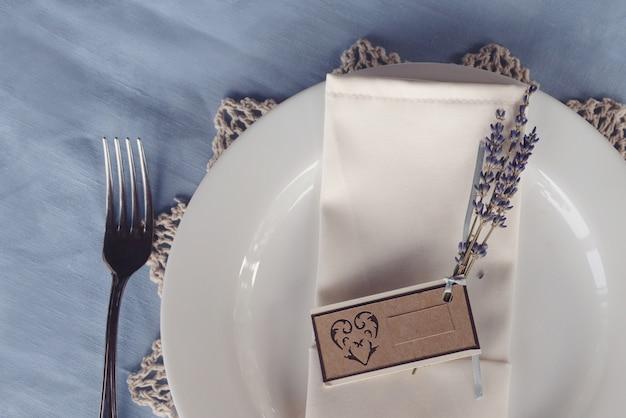 結婚式のテーブルセッティングのライラックの小枝