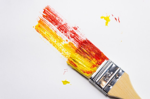 Кисть и холст масляными красками со следами краски