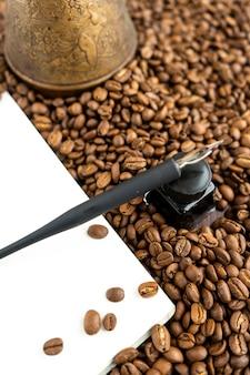 Цельные кофейные зерна с индейкой и блокнотом для заметок