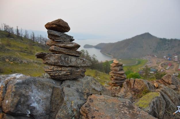 禅の庭の岩。シベリアのバイカル湖の眺め。夏