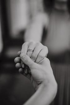 Жених держит руку невесты