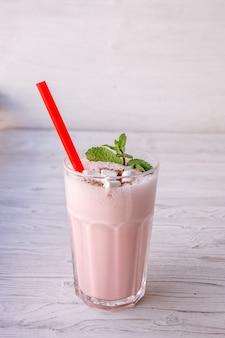 Клубничный молочный коктейль