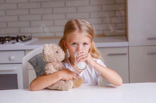 キッチンでミルクを飲んで笑顔金髪少女