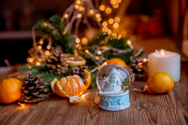 Рождественский снежный шар с рождественскими украшениями