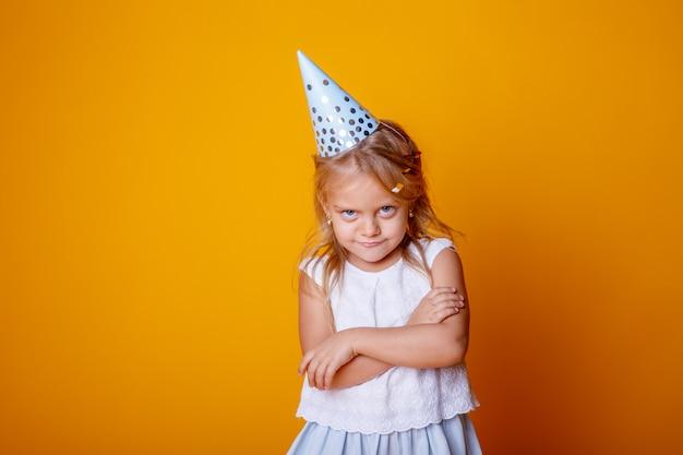 彼女の誕生日に気分を害した子供の女の子の肖像画