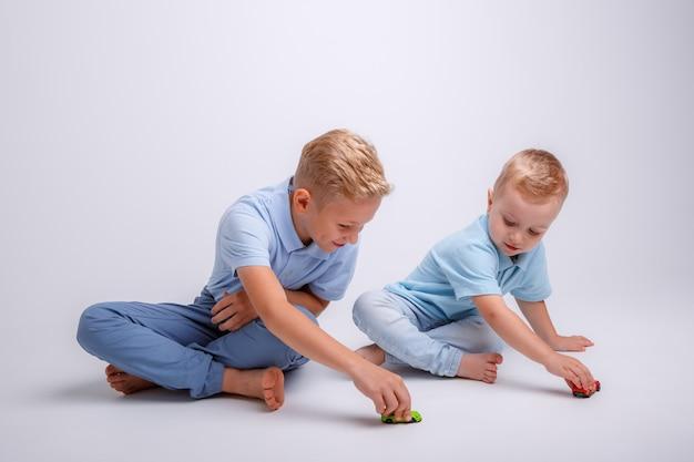 二人の少年が笑っています