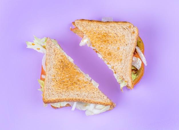 スライスしたクラブサンドイッチ