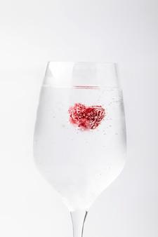 Красивая малина в воде с пузырьками в бокал. абстрактные