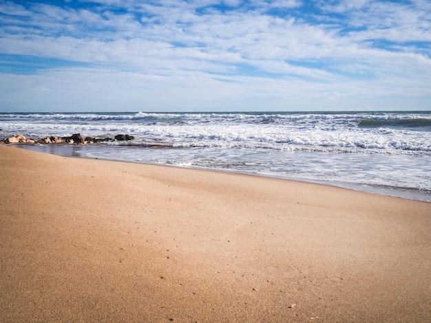 空のビーチの風景