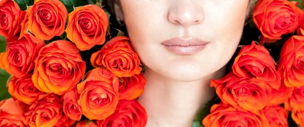 オレンジ色のバラと笑っている赤い髪の少女の肖像画
