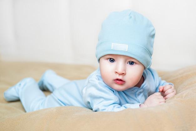 バニーのスーツを着ている赤ちゃん