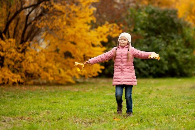 愛らしい少女と少年の美しい秋の日に屋外で