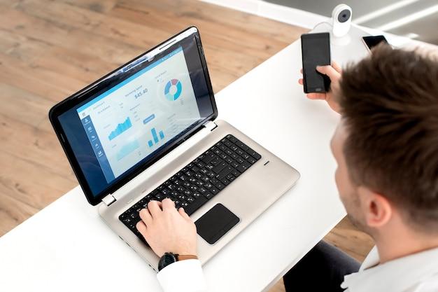 Бизнесмен на работе. вид человека, работающего на ноутбуке, сидя на диване