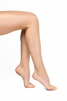 完璧な女性の足、白い背景で隔離