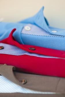 洋服屋で公開されている新しいポロシャツがたくさん