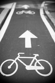 Вид на велосипедную дорожку в милане, италия