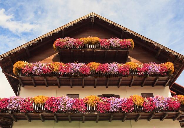 たくさんの花が咲くバルコニー