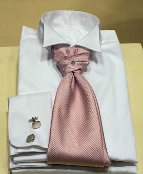 洋服店で公開されている男性のシャツ