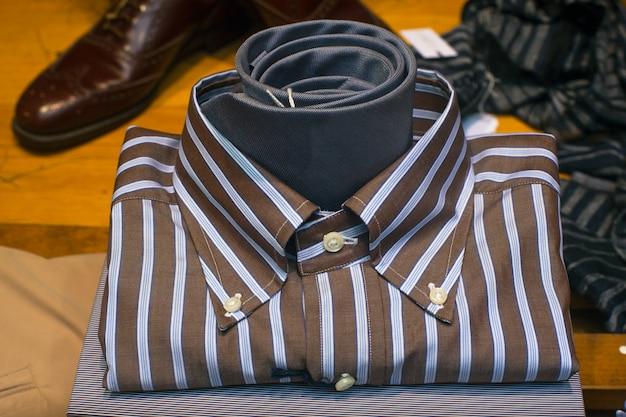 男性のシャツのクローズアップ