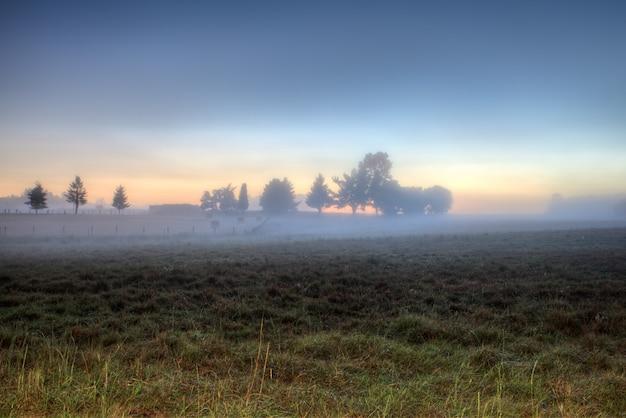 ガリシアの田園地帯での日の出