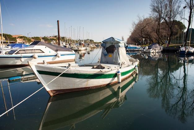 Лодка пришвартовалась в доке вильяджо дель пескаторе