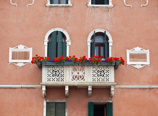 ヴェネツィアの花とバルコニー