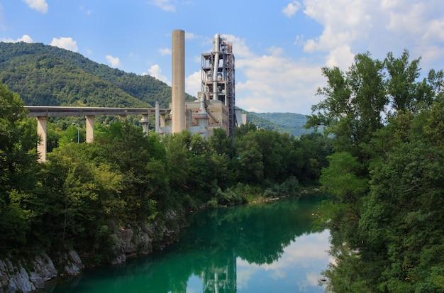 Промышленность рядом с рекой