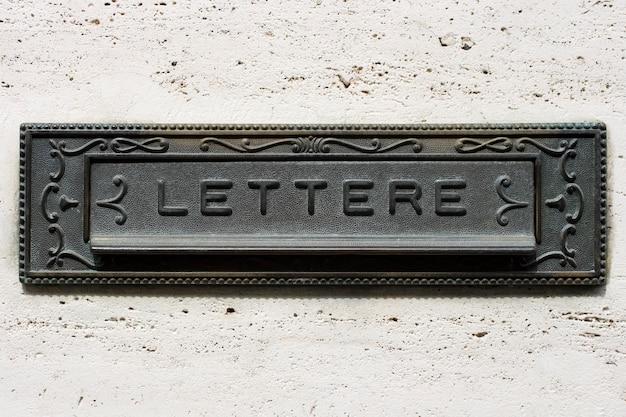 イタリアの鉄製メールボックス