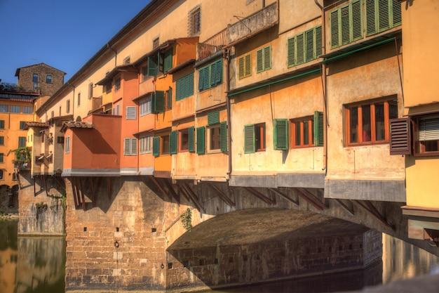 フィレンツェのヴェッキオ橋の眺め