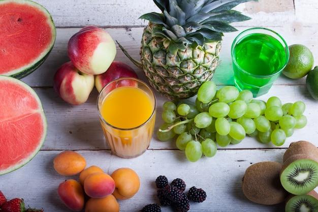 Различные фрукты на белом деревянном столе