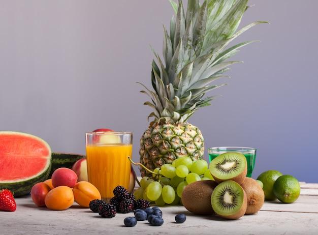 白い木製のテーブルに様々な果物