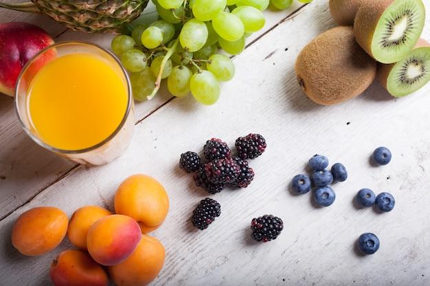 白いテーブルに様々な果物