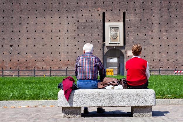 ベンチに座っている老夫婦