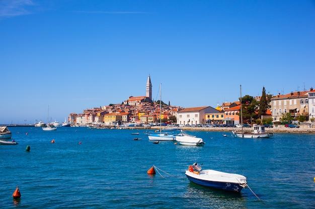 クロアチア、イストリア半島のロヴィニの小さな街
