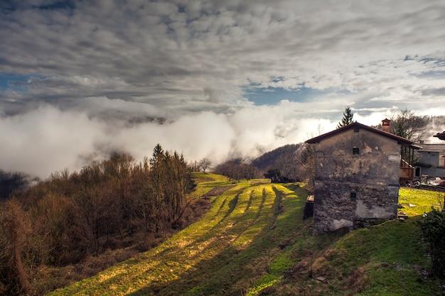 スロベニアの田舎の田舎の家