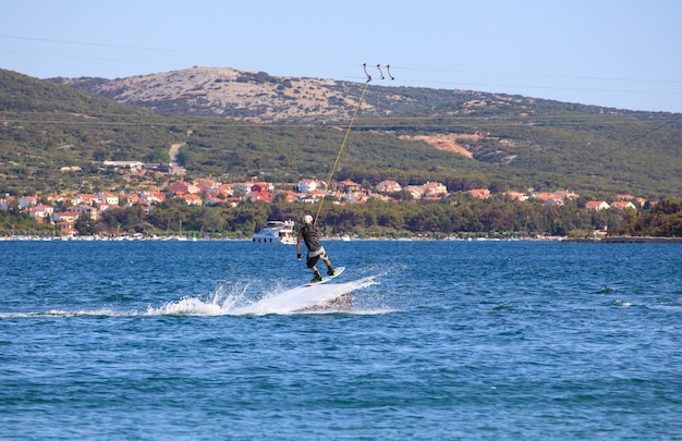 クロアチア、プナット海でのケーブルスキー