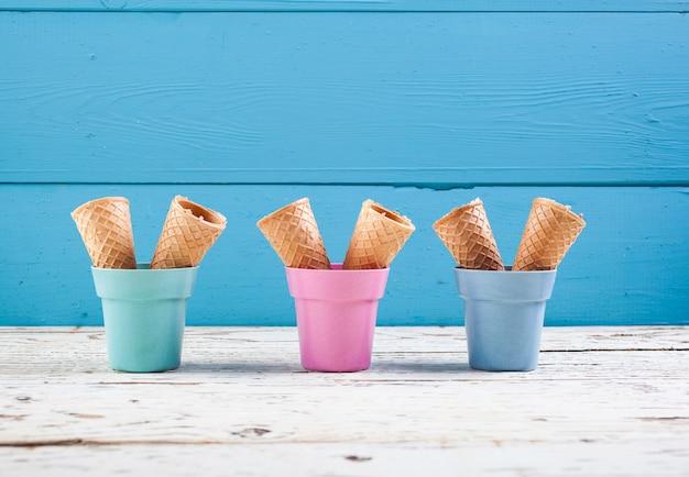 青色の背景にアイスクリームのワッフル