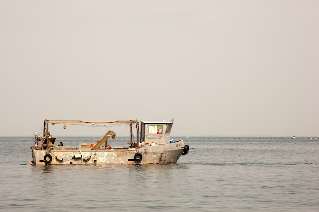 トリエステ海の古い漁師船